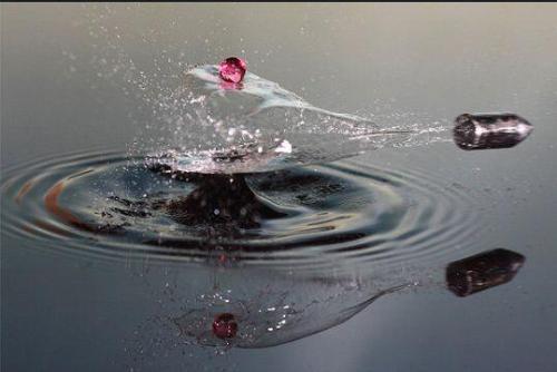 Rebote de un proyectil contra el agua.