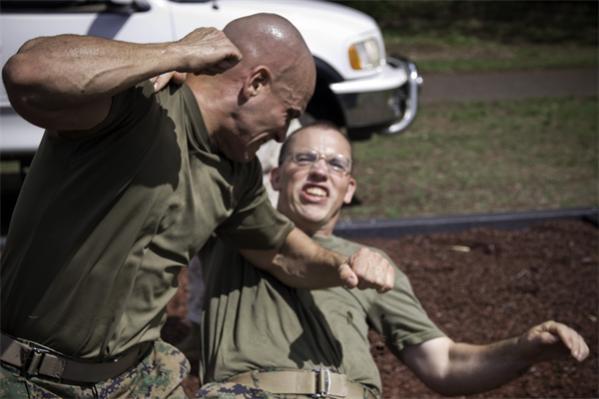 Sistema militar de combate cuerpo a cuerpo en acción.