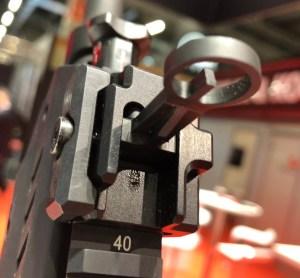 Punto de mira abatible del fusil HK 433 expuesto en la feria Enforce Tac 19 2