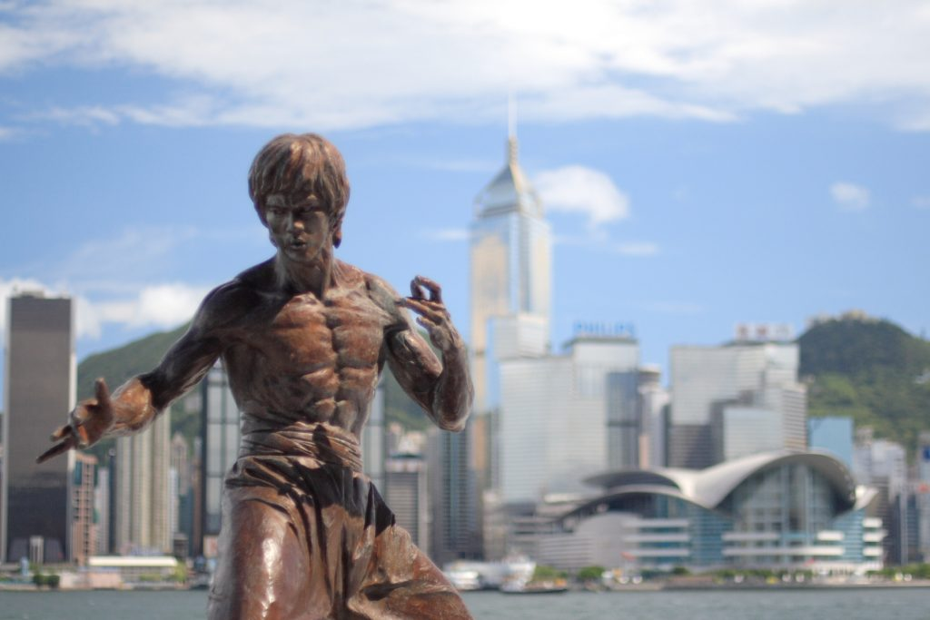 Bruce Lee på statue i Hong Kong (WIkimedia Commons)