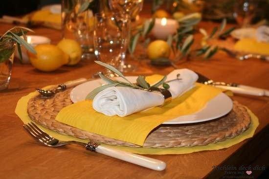 Italienische Tischdekoration in gelb mit Zitronen