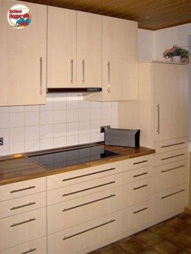 Küche aus Spanplatte mit Oberfläche Dekor Ahorn