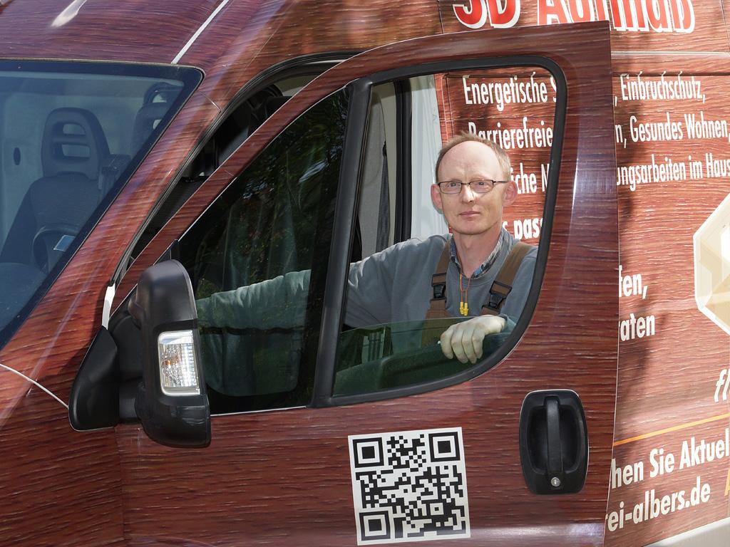 Tischlergeselle Heinz Drewes ist unser Allrounder, der neben der Fensterfertigung auch alle anderen Maschinen fest im Griff hat. Er ist ein Tischler, wie er leibt und lebt. Es gibt keine Aufgabe, der er nicht gewachsen ist.