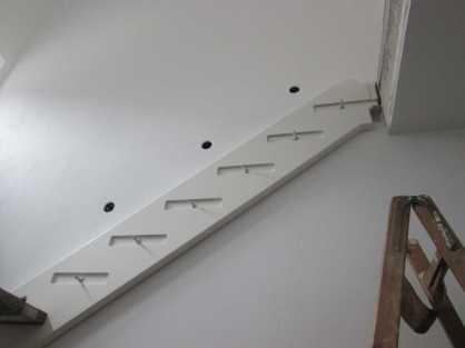Die Lampen sitzen verdächtig gleichmäßig über der Treppe ! :-) Das könnte an der Schablone liegen , die wir schon im Rohbau eingebaut haben !