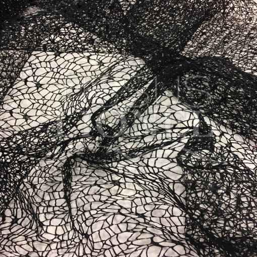 Tissu filet noir pailleté argent