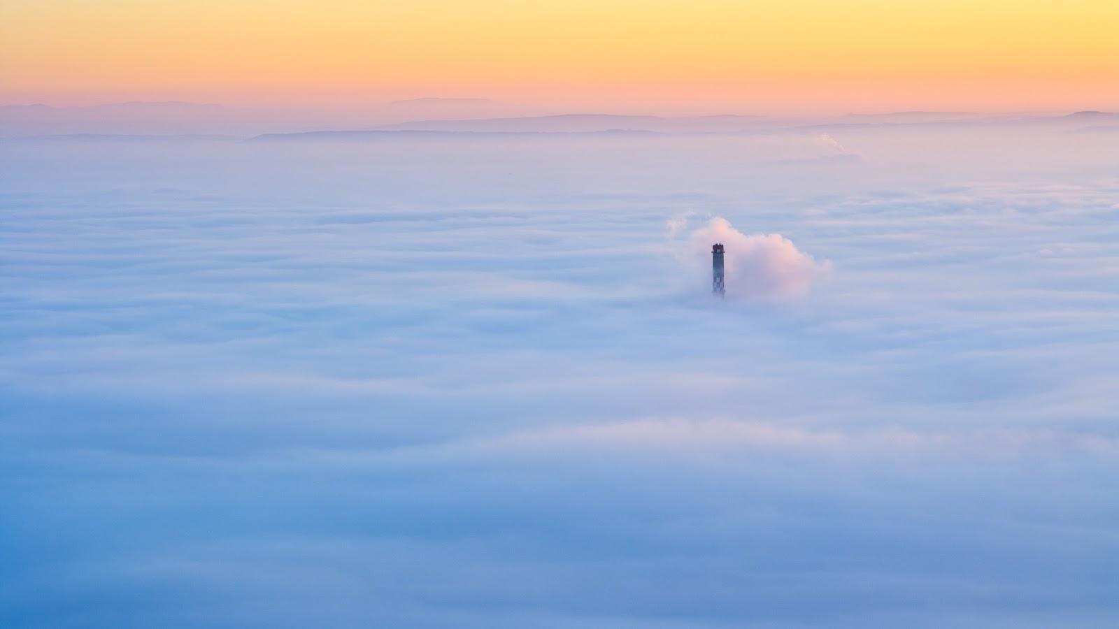 Budapest ködben hármashatár hegyről, csak a Főtáv kémény látszik ki.