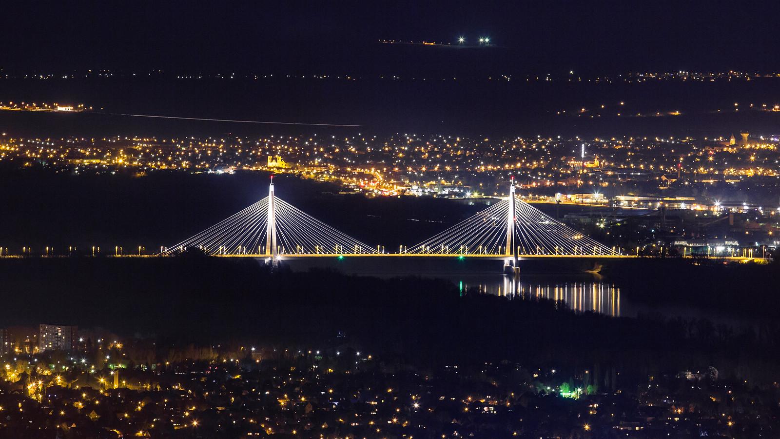 Megyeri-híd éjjel a Hármashatár-hegyről