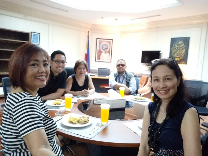 That's Noemi and me in the foreground as we took this selfie while waiting for Presidential Communications Sec. Martin Andanar at his Malacanang office. The office had low light but look at how bright the photo is all the ay to the back!