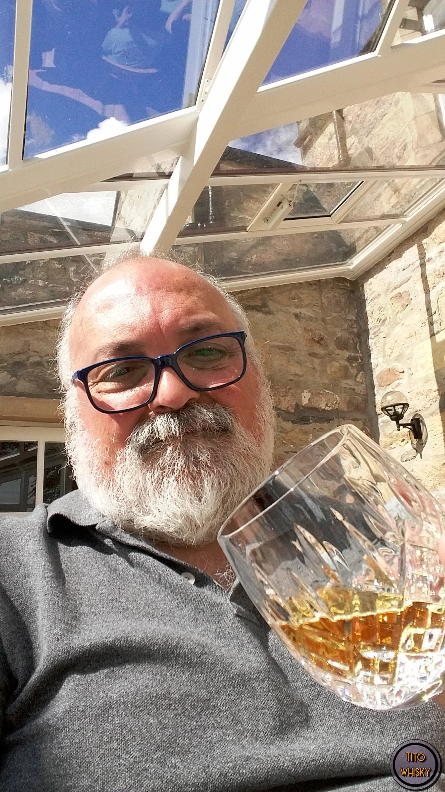 Tito bebiendo Whisky The Glenrothes