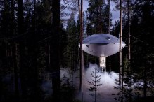 UFO Treehouse (Sweden) The Swedish Tree Hotel decided to go a totally different direction after building a Bird Nest tree house and built this UFO treehouse. (Image credits: treehotel.se)