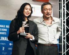 هونگ سانگ سو کارگردان شهیر کره ای به همراه هنرپیشه ای فلیمش که برنده جایزه بازیگری شد