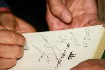 امضای کتاب توسط دکتر مقصودلو عکس: رهام