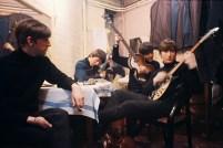 extremely rare color photos of the Beatles at the legendary Cavern Club in 1963. تصویر بسیار مهمی از گروه بیتلز در آغاز راه هنریشان