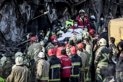 Firefighters found remains of another colleagues under the fire escape ladder debris 4 days after the collapse of the Plasco building, an iconic 50-year-old structure in central Tehran 25/01/2017 - Tehran – Iran