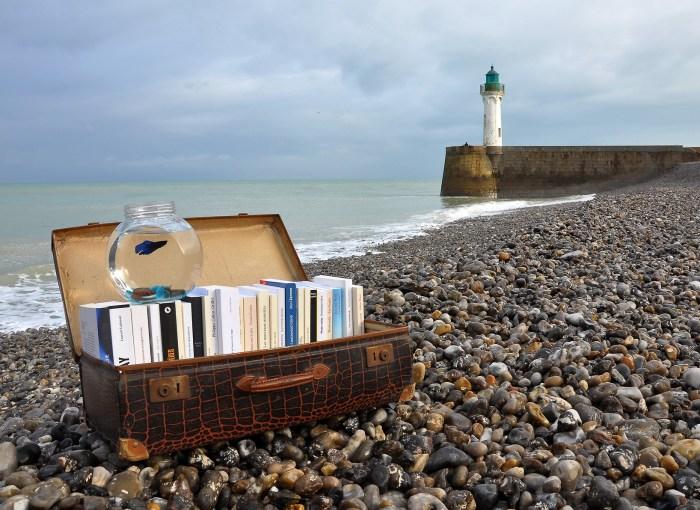 libri valigia spiaggia mare faro