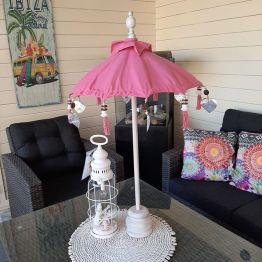 Dit leuke roze tafelparasolletje kan binnen en buiten gebruikt worden. Buiten zet je hem op een tafel in je tuin of op je balkon. Naast de leuke sfeer die de roze tafelparasol met zich mee brengt, biedt hij ook nog schaduw voor de drankjes en hapjes op tafel. Een echte win win situatie dus. Binnenshuis staat een roze tafelparasol natuurlijk ook prachtig. Je zet hem op de salontafel, dressoir of op een mooie gedekte tafel. Natuurlijk kan je hem leuk ook combineren met andere roze woonaccessoires.