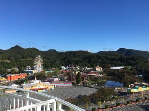 ホテルグリーンプラザ東条湖−テラスから見えるおもちゃ王国