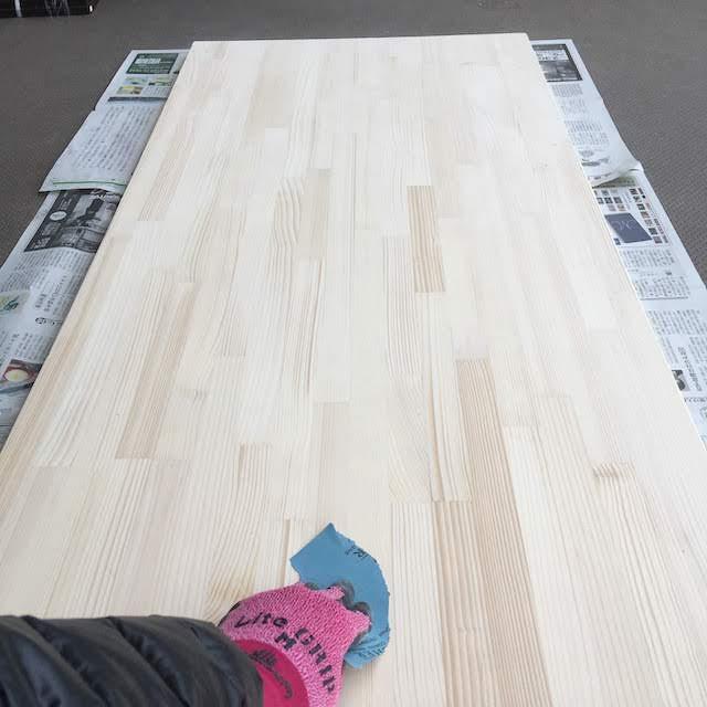 紙やすりで天板を擦る DIYでパソコンデスク作成