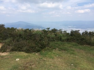 野坂岳山頂から北。敦賀湾と西方ガ岳(左)。