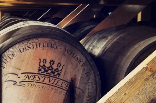 Whisky v Nestville zreje všpeciálnych sudoch privážaných na Slovensko zLouisville Kentucky (USA) Sú to 200 l barrely z bieleho duba, vktorých už zrel 2 roky burbon.