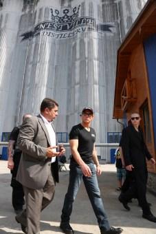 Prvá slovenská whisky, ktorú v Hniezdnom pokrstil hollywodsky hrdina akčných filmov Jean Claude van Damme vzbudzuje stále väčší záujem nielen medzi predajcami, ale aj medzi milovníkmi tohto klasického nápoja.