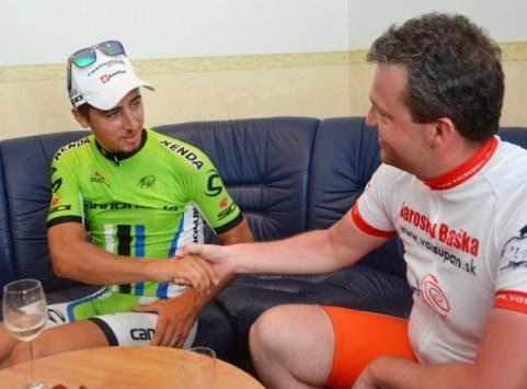 """Výsledkom debaty s Petrom po skončení šampionátu v priestoroch dubnickej """"vipky"""" bola okrem iného malá a pre mňa dosť motivačná stávka. Ak sa mu podarí obhájiť zelené tričko z minuloročnej TdF, pôjdem na prvú schôdzu po prázdninách do parlamentu na bicykli – 160 kilometrov z domu, z Dohnian."""