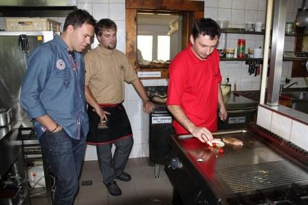 Troch hlavných hodnotiteľov – Martina Zahradníka, ktorý je odborným garantom projektu, Gabriela Kocáka, zodpovedného za gastronomickú časť a Petra Batthyanyho, ktorý si zobral pod drobnohľad úroveň služieb – doplnila sedmička anonymných inšpektorov.