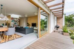 Obývačku sterasou prepája drevený zdvižno-posuvný portál od spoločnosti Mirador.