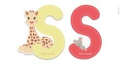 Francúzska značka Janod, známa hračkami z dreva, ktoré rozvíjajú inteligenciu detí, sa pri výrobe písmen spojila s ďalšou francúzskou ikonou – značkou Sophie La Girafe.
