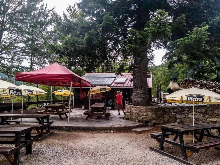 Picnic tables outside the Relais San Petru di Verdi