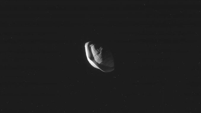 Cassini зробив знімки супутника Сатурна, який має форму літаючої тарілки