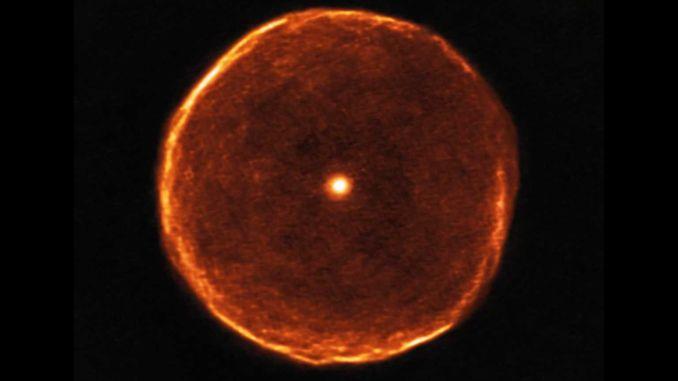 Телескоп ALMA отримав знімок зірки U Antliae, схожої на око