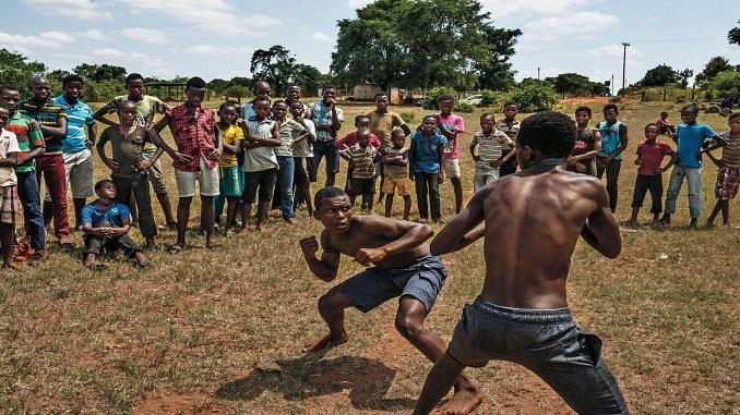 Кулачний бій між хлопчиками і підлітками в Південній Африці
