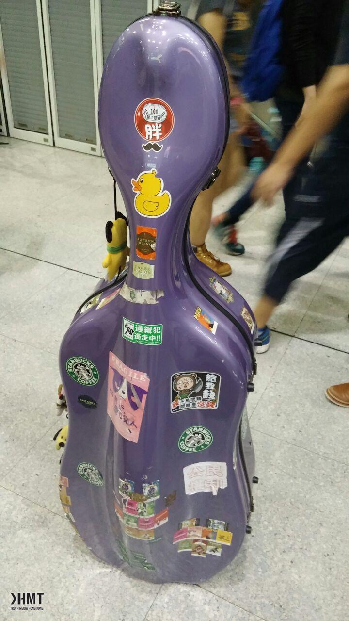 廖先生帶同了樂器
