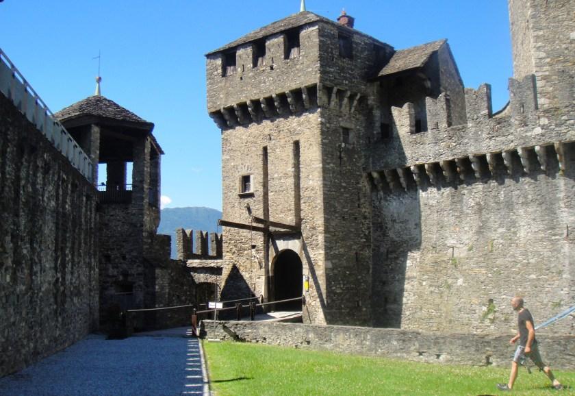 貝林佐納 的Castle Montebello入口