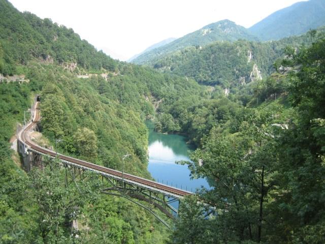 琴托瓦利 鐵路經過許多山谷