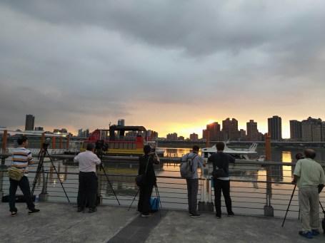 大稻埕碼頭 拍夕陽的人們