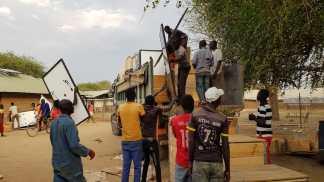 Abladen der Solaranlage in Mariallou