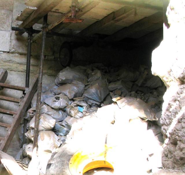 איור 2: עשרות שקים מלאים בממצא ארכיאולוגי מאוחסנים בחדר צדדי בחומה הצפונית של הר הבית.