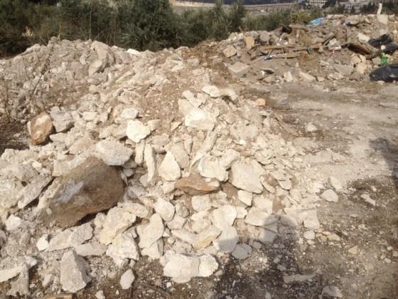 שפכי העפר מהתעלה מוטלים במזרח הר הבית על שפכי עפר מעבודות חפירה אחרות בהר