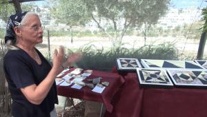 פרנקי שניידר מסבירה על שחזור דגמי הריצוף במסיבת עיתונאים באתר הסינון בעמק צורים