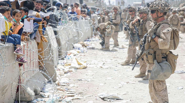 Los talibanes cumplen una semana en el poder: sigue el caos en el aeropuerto de Kabul y temen un atentado terrorista