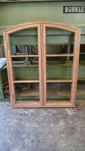 Valvat fönster i kaya mahogny