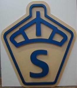 mdf skylt gul och blå med nedfräst logo