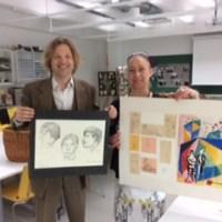 Norssi luovutti Jarkko Laineen seuralle kirjailijan kouluaikaiset kuvistyöt