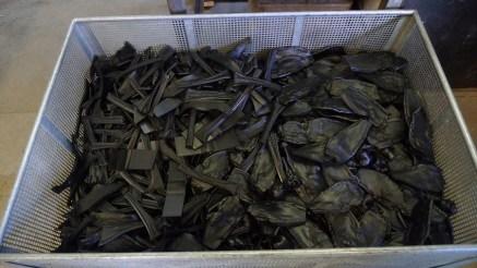 Odpad, který plně recyklujeme: plastové odřezky listů na lisovně.