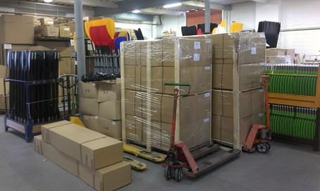 V oddělení expedice už čekají hotové zásilky na přepravní firmu, aby je dovezla k zákazníkovi.