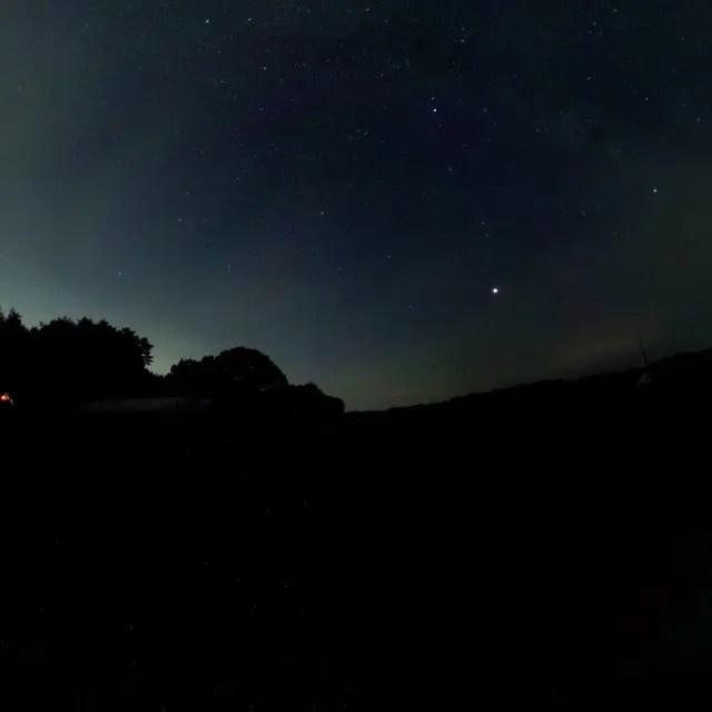 わんずキャンプのそばの畑で撮った pic 。意外と雲多いけど星がきれいでした