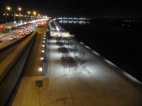 Bulwary i autostrada oddzielająca miasto od rzeki.