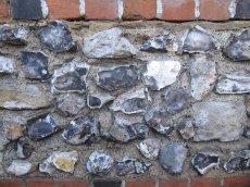 Mury, domy są zbudowane z krzemienia (Flint)